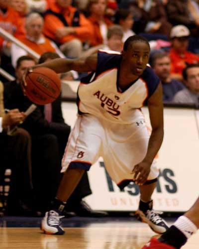 Auburn basketball player looks to juke defender