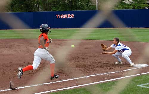 Auburn softball player sprints to 1st base