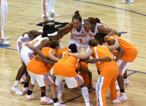 Tennessee Lady Vols huddle before the National Championship game.